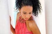 Fekete nő rózsaszín ruha és a fülbevaló. Afro frizura