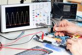 Tech prüft elektronischen Geräte im Servicecenter