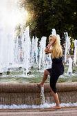 Atraktivní dívka ve městě fontána