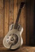 Blues kytara na dřevěné pozadí