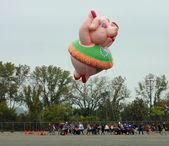 East rutherford, nj, usa-oct 5: 2013 macy je den díkůvzdání parade balón rutiny trénink vzal místo letos v elegantních. na obrázku je slečna petula prase balónek