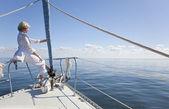 šťastný starší žena na přídi lodě