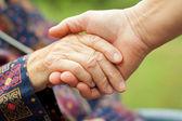 Mano del medico una mano rugosa anziani