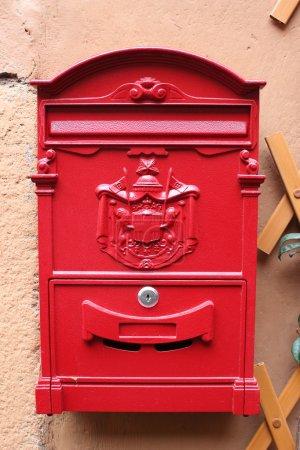 Постер, плакат: Red reproduction of wall mailbox of italian Regie Poste Royal, холст на подрамнике