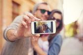 Pár při selfie ve městě