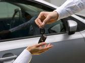 žena obdrží klíč od auta od člověka