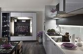 Moderní kuchyň a obývací pokoj s tabulkou podávané k večeři