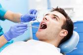 Mann Zähne Zahnärzte untersucht