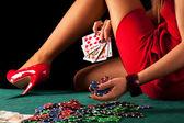 Una donna sexy e gioco dazzardo con una scala reale di poker