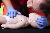 Funzione di vita dimostrando paramedico controllare su manichino neonato