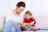 Libro di lettura di madre con bambino