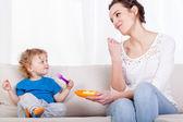 Mamma e figlio di mangiare il pasto insieme