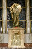Socha Panny Marie s dítětem Ježíš nad svatostánku
