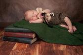 Novorozeně chlapce s brýle na čtení