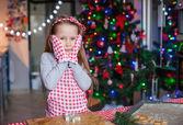 Rozkošná holčička pečení vánoční perník cookies