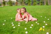 Nővére, zöld tisztáson, a húsvéti tojást a fiatalabb csók
