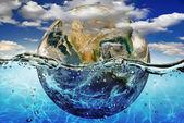 Země je ponořen ve vodě, mezi mraky obloze