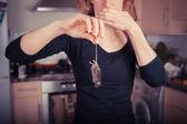 Frau mit tote Maus in Küche