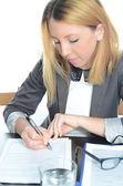 Mladá podnikatelka sedí u stolu s notebookem