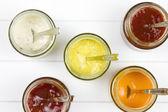 Pět sklenice naplněné všechny druhy omáček