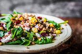 Zdravý salát s listovým špenátem, quinoa a restovanou zeleninou