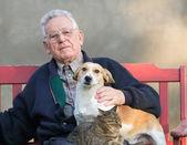 Starý muž s psa a kočky