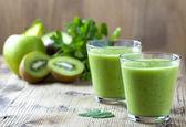 Gesunde grüne Smoothie auf Holztisch