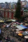 Přeplněné, rušných scény na trhu na Vietnam tet