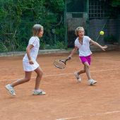 Holky v tréninku tenisu