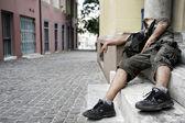 Ember kábítószerfüggő hazudik-ra-a doorste