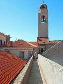 Mura di Dubrovnik passa con due turisti avanti