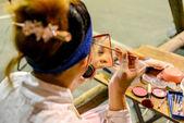 Hong Kong, China - august 18, 2014: ein traditioneller Oper-Schauspieler macht auf die hinter der Bühne von einem traditionellen Teehaus. in der Regel braucht ein Schauspieler 30-60 Minuten um das ganze abzuschließen