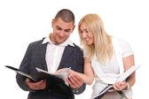žena a muž, který při pohledu na papírové složce