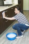žena čištění nábytku s pěnou v povodí