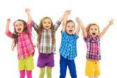 šťastné děti skáčou dohromady