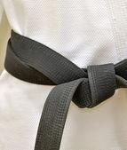 Karate černý pás v bílé uniformě