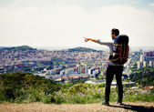Mladý cestovatel objevovat nové město na cestě