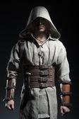 Muž v cape bojovník s nožem v ruce