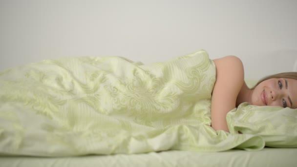 krásná mladá dívka na posteli