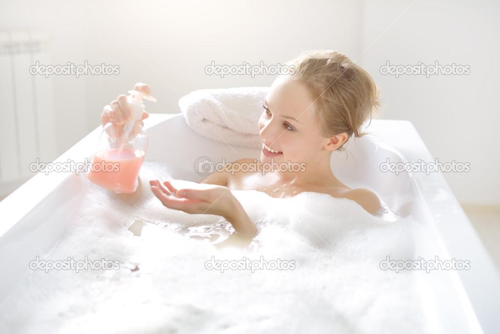 Piccola Vasca Da Bagno Che Si Sta Seduti : Ragazza con sapone liquido nella vasca da bagno u foto stock