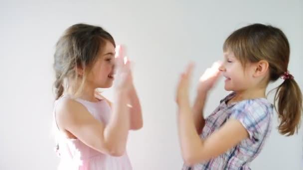 děti hrají pat-dort a baví