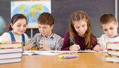žáků v učebně během lekce