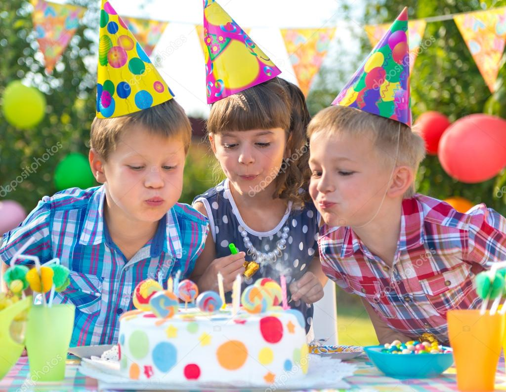 Kinder Geburtstag Party Blast Kerzen Auf Kuchen Stockfoto