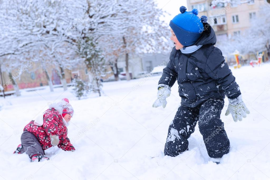 Imagenes Ninos Jugando En La Nieve Dos Ninos Felices Jugando Bola