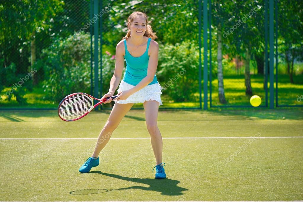 62d46c866a Retrato de mujer joven hermosa jugando al tenis — Fotos de Stock ...