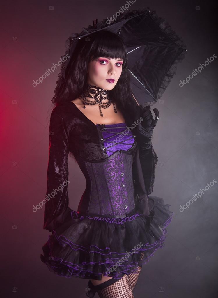 hermosa chica vestida de púrpura y negro gótica victoriana — Foto de ...