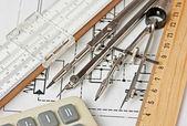 Fotografia strumenti di ingegneria su disegno tecnico