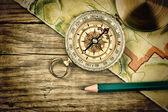 Staré mapy a kompasu na dřevěný stůl
