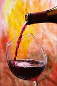 červené víno se nalije do sklenice na víno