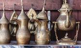 Fotografia metallo orientale brocche nel negozio arabo